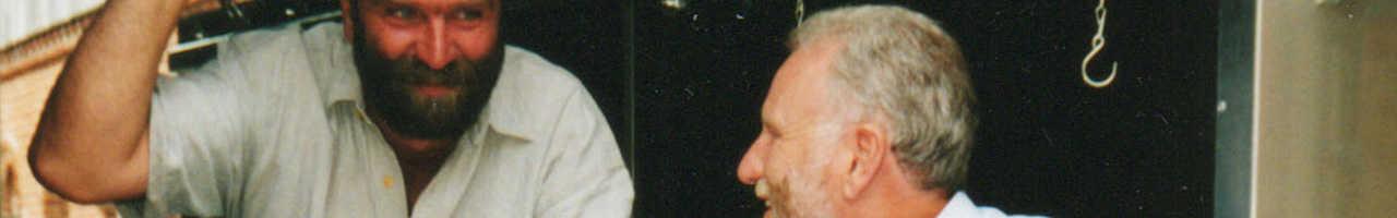 Andreas Trappe und Walter Feldmann inspizieren einen Pferdeanhänger