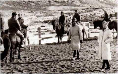 Ragnheiður Sigurgrímsdóttir, vorne rechts im Bild, beim ersten Reitlehrgang in Island 1971 (im Hintergrund Walter Feldmann sen.)